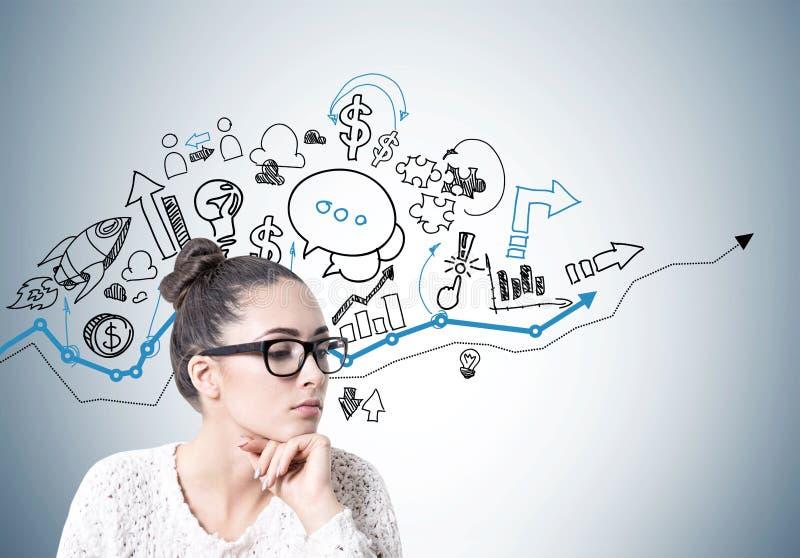 Nachdenkliche junge Frau in den Gläsern, Unternehmensplan stockfotos