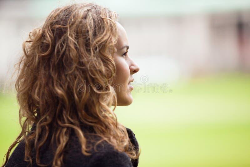 Nachdenkliche junge Frau, die weg schaut lizenzfreies stockfoto