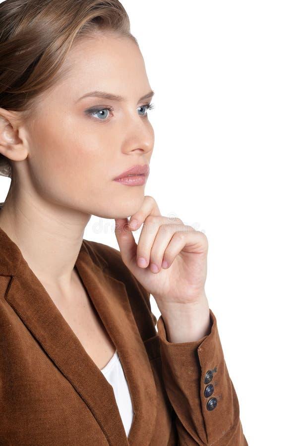 Nachdenkliche junge Frau lokalisiert auf weißem Hintergrund lizenzfreie stockfotos
