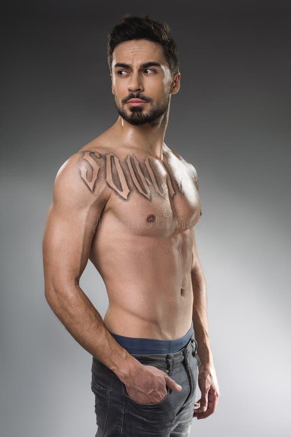 Nachdenkliche männliche Person, die muskulös ist lizenzfreies stockbild