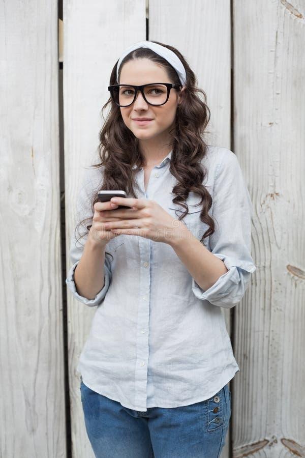 Nachdenkliche Modische Frau Mit Den Stilvollen Gläsern, Die Textnachricht Senden Stockbild