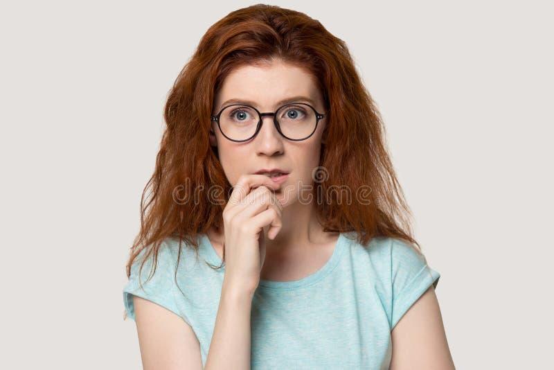 Nachdenkliche Rothaarigefrau im geschossenen Hauptporträt des Glasstudios lizenzfreie stockbilder
