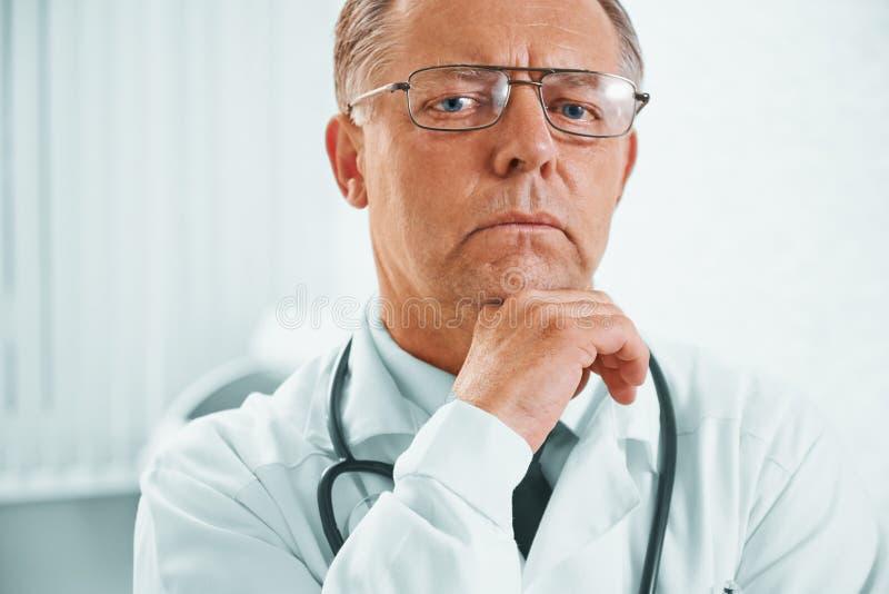 Nachdenklicher älterer Doktor lizenzfreie stockfotos