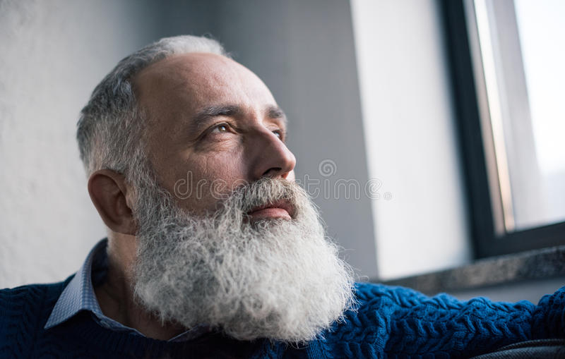 Nachdenklicher älterer Mann lizenzfreie stockfotos