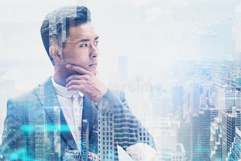 Nachdenklicher asiatischer Geschäftsmann in der Stadt, Netz lizenzfreie stockfotos