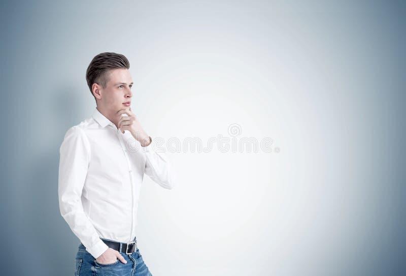 Nachdenklicher blonder Geschäftsmann, grau lizenzfreie stockfotos