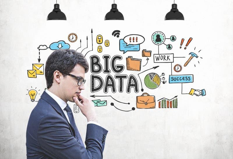 Nachdenklicher Geschäftsmann und große Datenskizze lizenzfreies stockbild