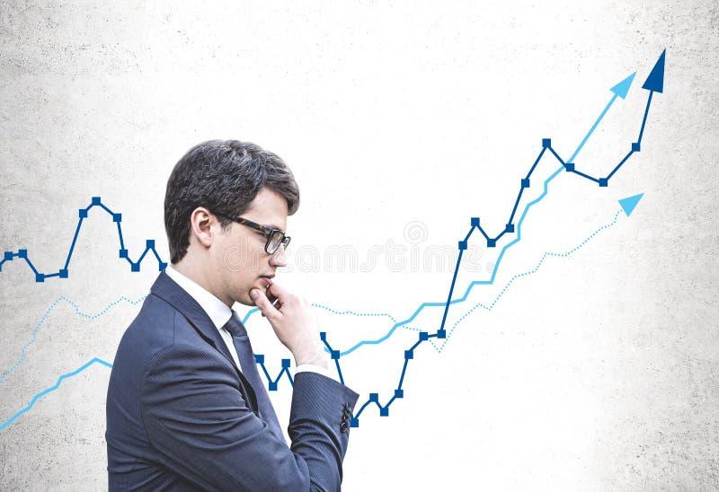 Nachdenklicher Geschäftsmann und wachsendes Diagramm lizenzfreie stockfotos