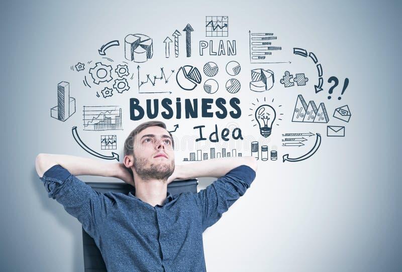 Nachdenklicher Kerl in einem Lehnsessel, Geschäftsidee stockfoto