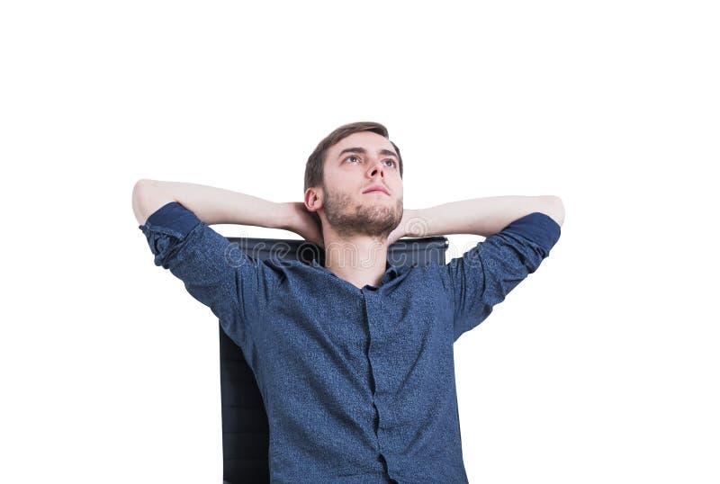 Nachdenklicher Kerl in einem Lehnsessel, lokalisiert lizenzfreies stockfoto
