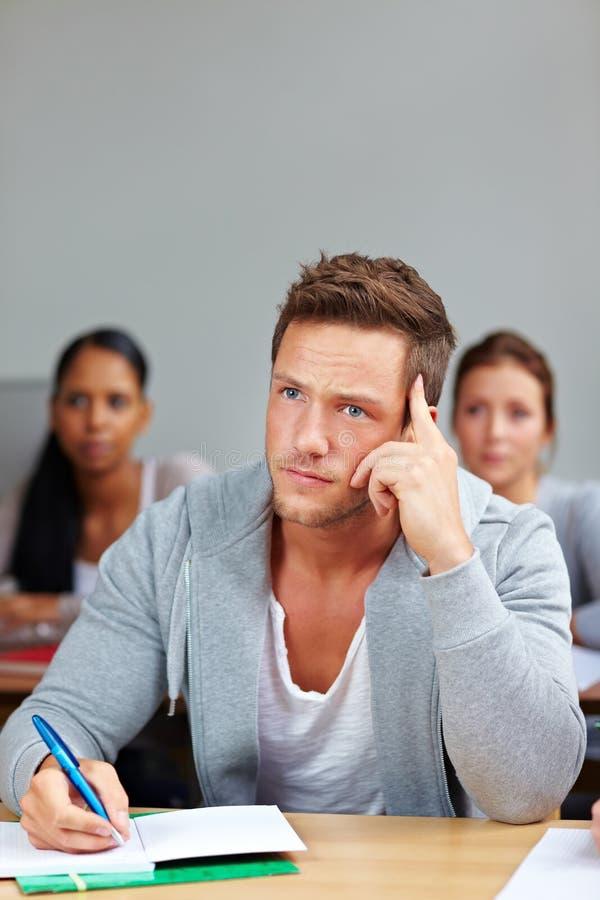 Nachdenklicher Kursteilnehmer in der Hochschulkategorie lizenzfreies stockfoto
