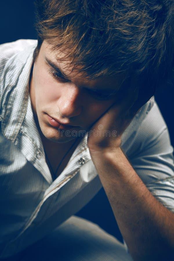 Nachdenklicher trauriger Mann, der unter Krise leidet lizenzfreie stockbilder