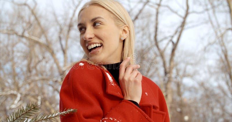 Nachdenkliches junges Mädchen, das Winter in einem Stadtpark genießt stockfoto