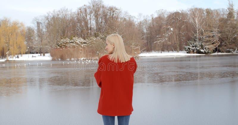 Nachdenkliches junges Mädchen, das Winter in einem Stadtpark genießt lizenzfreie stockbilder