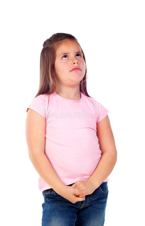 Nachdenkliches kleines Mädchen, das etwas sich vorstellt stockfotos