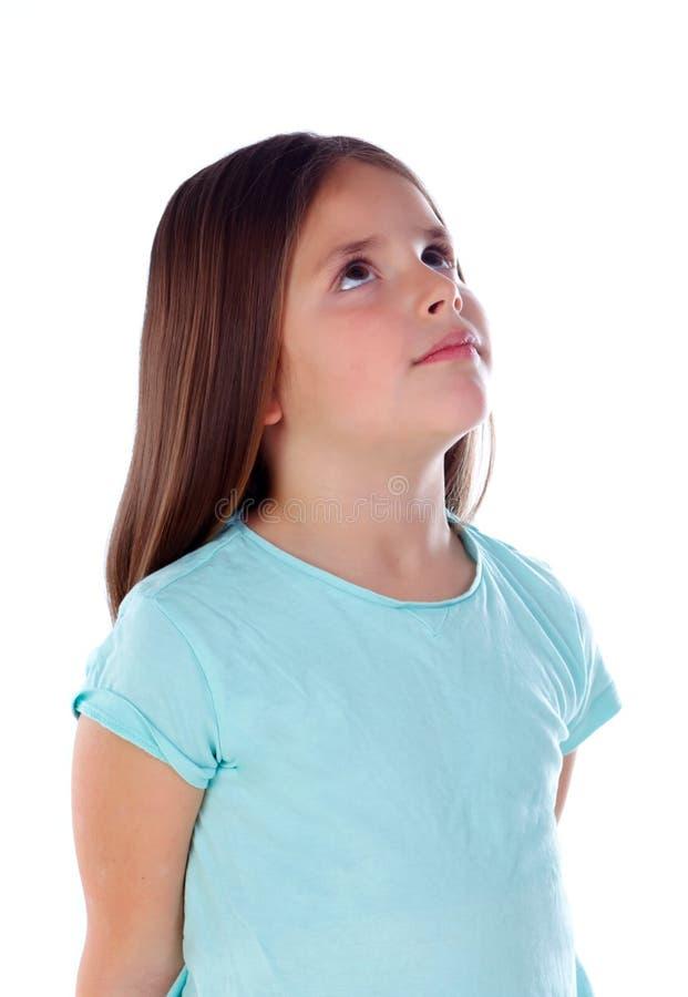 Nachdenkliches kleines Mädchen, das etwas sich vorstellt lizenzfreie stockfotos