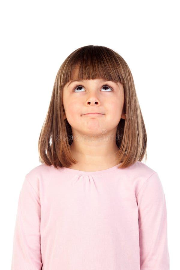 Nachdenkliches kleines Mädchen mit rosa T-Shirt lizenzfreie stockbilder