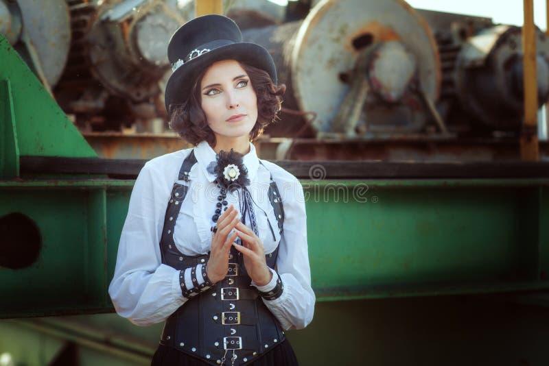 Nachdenkliches Mädchen im Stil des steampunk stockbilder