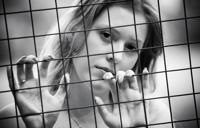 Nachdenkliches Portrait der jungen Frau lizenzfreie stockfotos