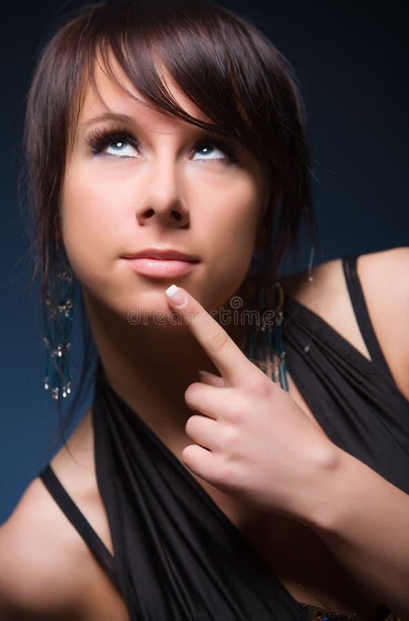 Nachdenkliches Portrait der jungen Frau stockbilder