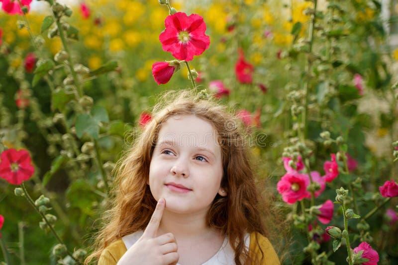 Nachdenkliches rührendes Kinn des kleinen Mädchens mit denkendem Ausdruckgesicht stockfotos