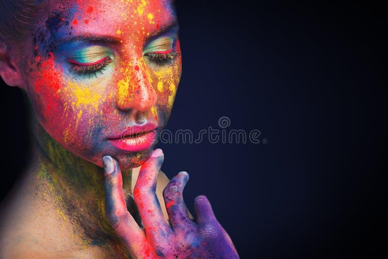 Nachdenkliches schönes Mädchen mit hellem künstlerischem Make-up lizenzfreie stockfotos