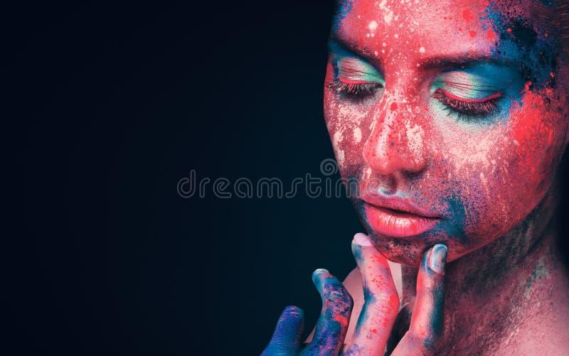 Nachdenkliches schönes Mädchen mit künstlerischem korallenrotem Make-up stockfotografie