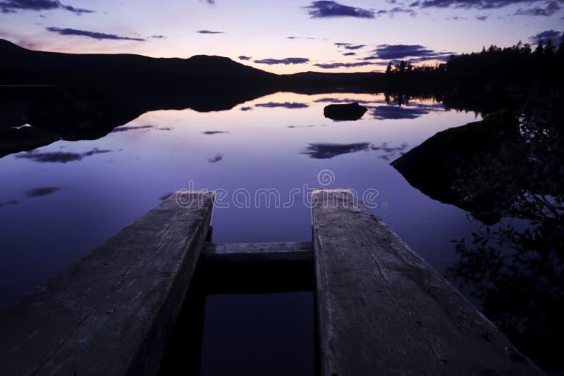 Nachglut im Rogen Nationalpark in Schweden lizenzfreie stockfotografie