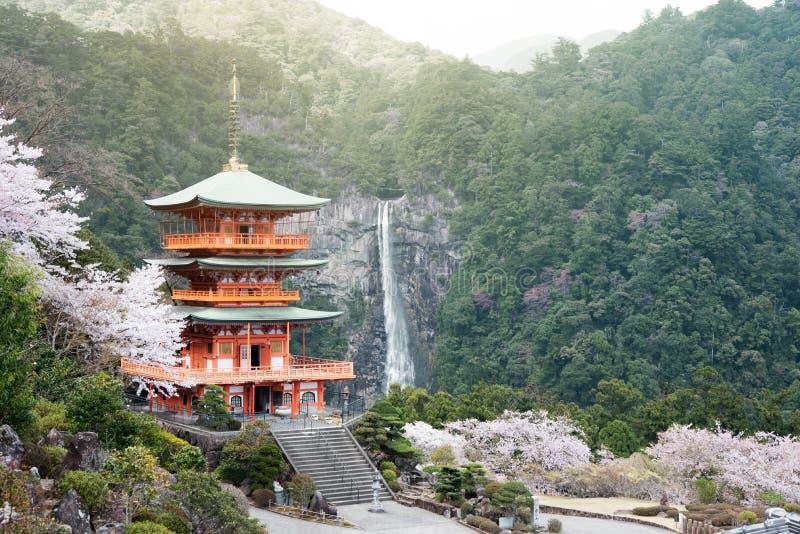Nachi Taisha dans des itinéraires de pèlerinage de Kumano Kodo, l'eau la plus grande image libre de droits