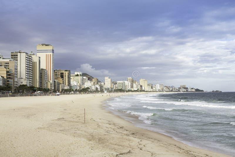 Nachmittag auf Ipanema Strand in Rio de Janeiro lizenzfreies stockfoto
