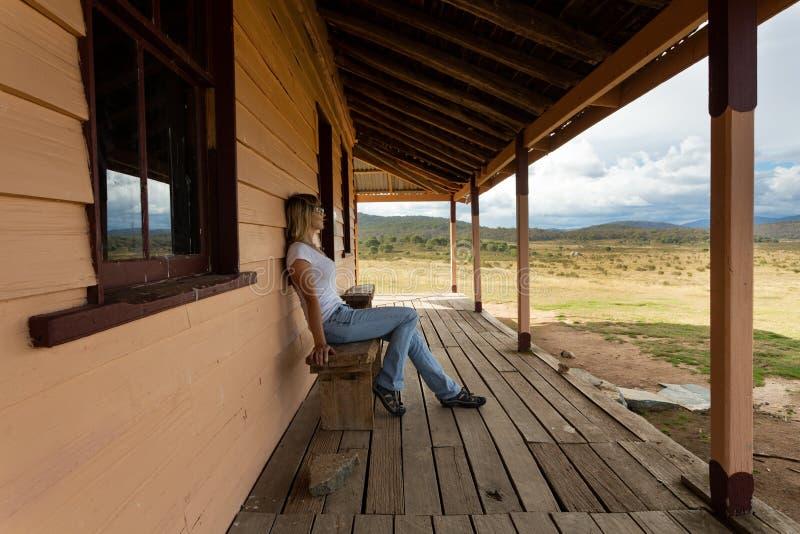 Nachmittage auf der Veranda, die über den Snowy-Hochebenen schaut lizenzfreie stockfotos