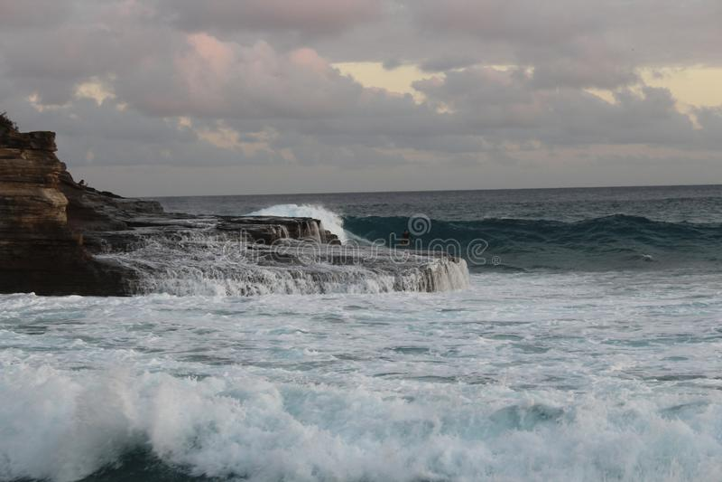Nachmittags-Brandung und Surfer stockbilder