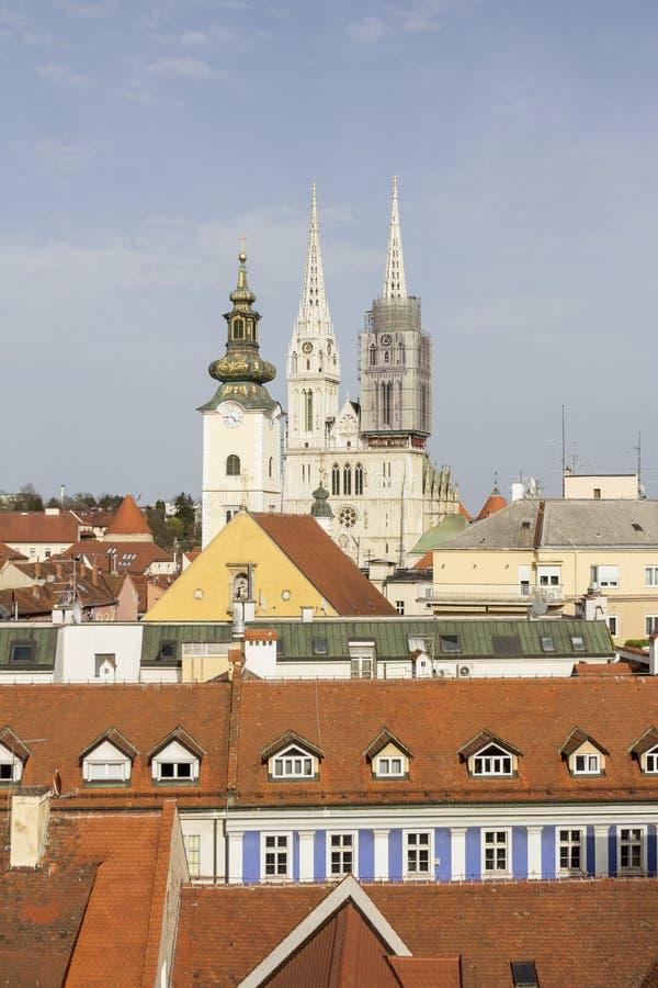 Nachmittagssonnenlicht auf die Dachoberseiten vor St. Steven Cathedral in Zagreb 0205 stockbild