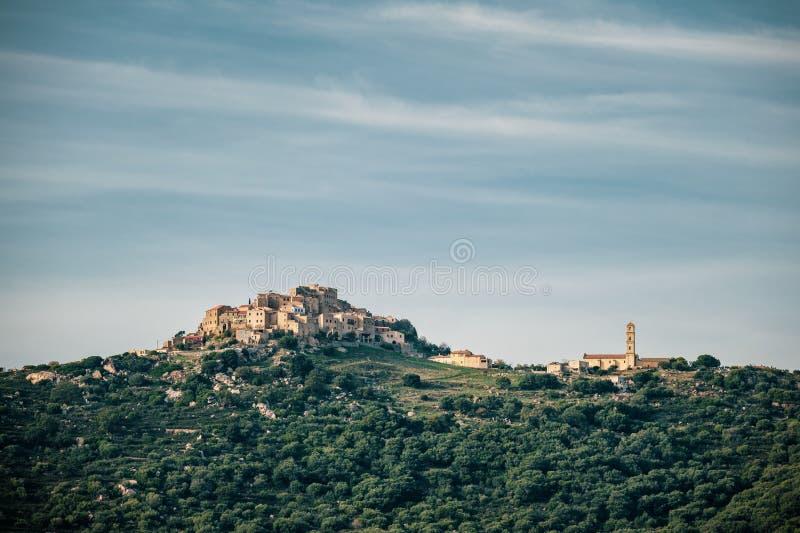 Nachmittagssonnenschein auf dem alten Gipfeldorf von Sant Antonino in der Balagne-Region von Korsika lizenzfreie stockbilder