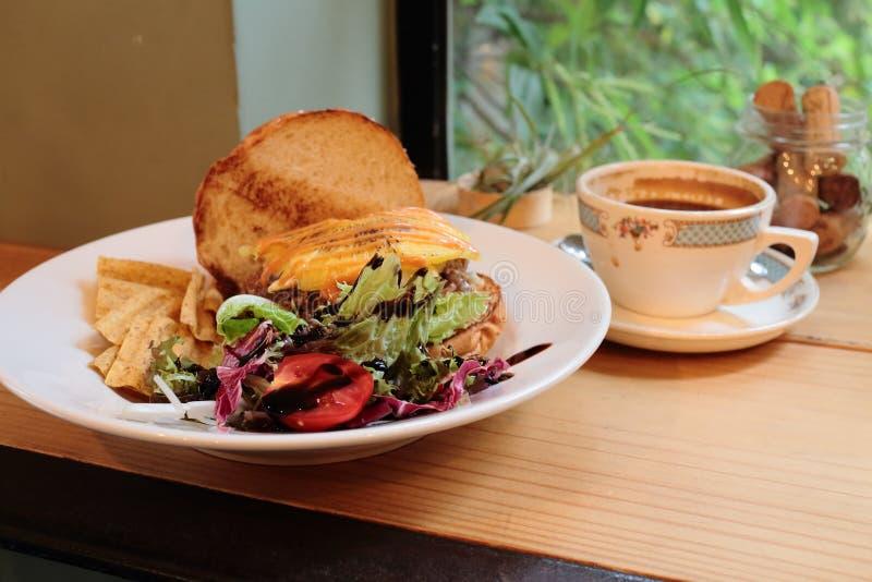 Nachmittagstee des Burgers mit Kaffee stockfotografie