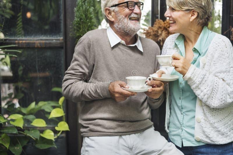 Nachmittagstee-Freizeit-zufälliges älteres älteres Konzept stockbild
