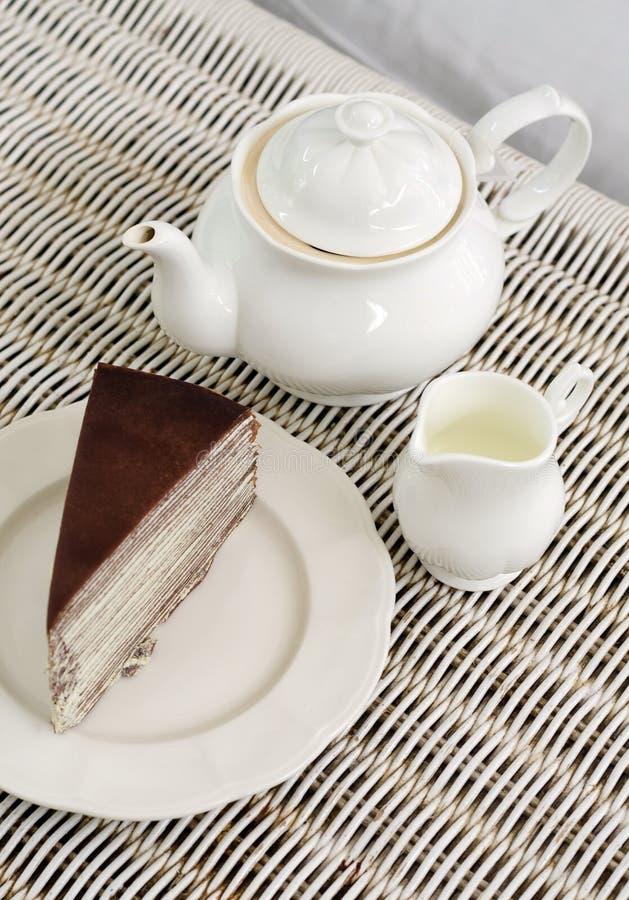 Nachmittagstee mit Schokoladenkreppkuchen stockfotografie