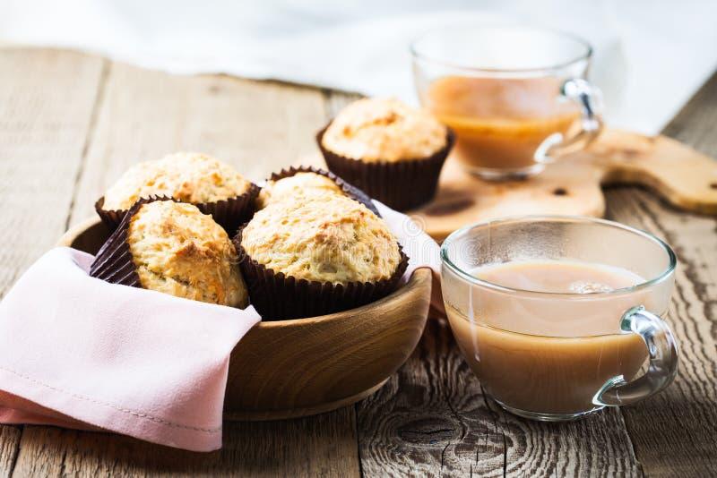 Nachmittagstee mit selbst gemachten Muffins stockfoto