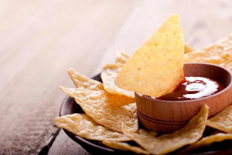 Nacho con salsa sulla tavola fotografie stock libere da diritti