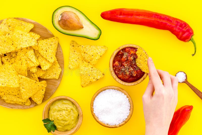 Nacho messicani popolari dello spuntino Tortiglia del nacho di Tiangle vicino al sause del guacamole e della salsa, peperoncino,  immagine stock
