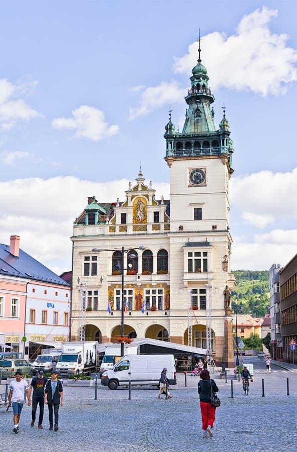 NACHOD, REPÚBLICA CHECA - 13 de julho de 2017: Câmara municipal na cidade perto da beira polonesa fotografia de stock