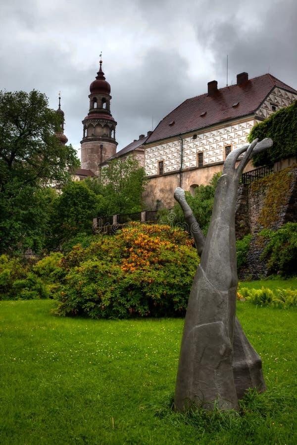 NACHOD, REPÚBLICA CHECA - 29 DE MAIO DE 2009: Os jardins no castelo de Nachod em República Checa do nordeste imagens de stock royalty free