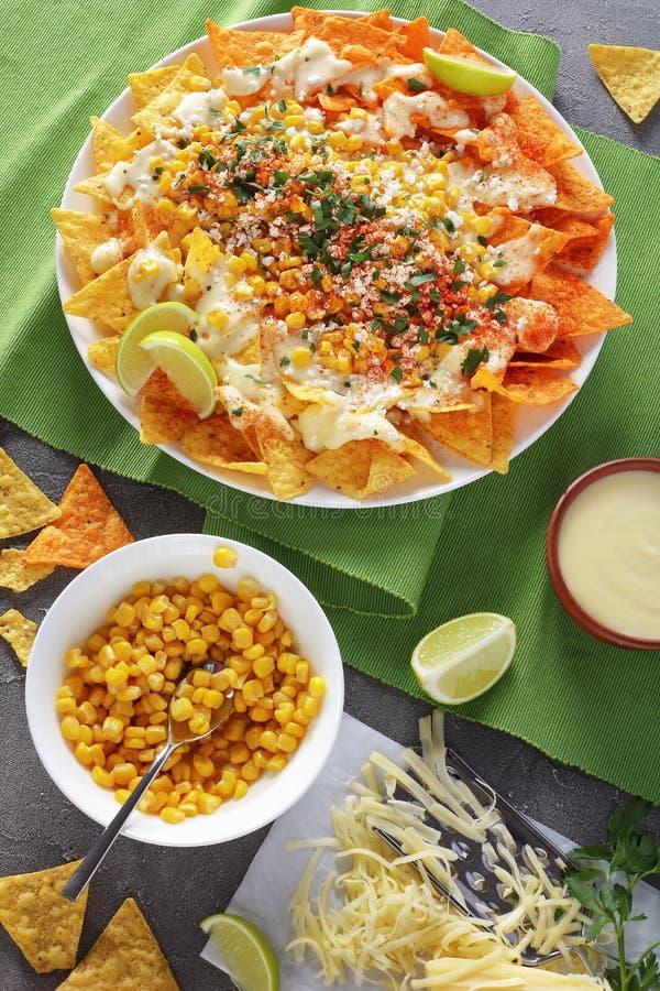 Nachos épicés avec de la sauce et le maïs image libre de droits