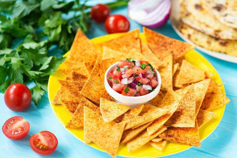Nachos обломоков Tortilla мозоли с сальсой паприки и томата стоковые фотографии rf
