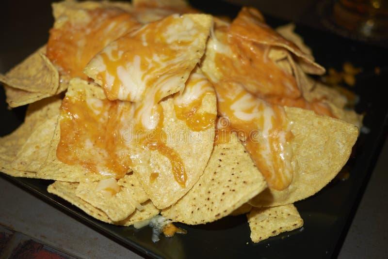 Nachos avec du fromage de cheddar photos stock