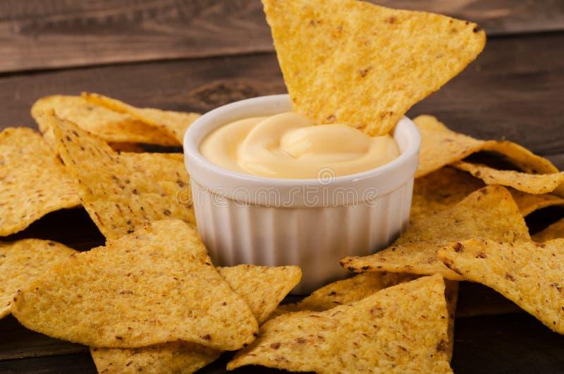 Nachos avec l'immersion de fromage images libres de droits