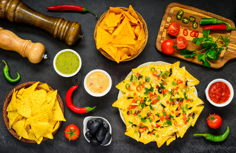 Nachos com ingredientes e vegetais foto de stock