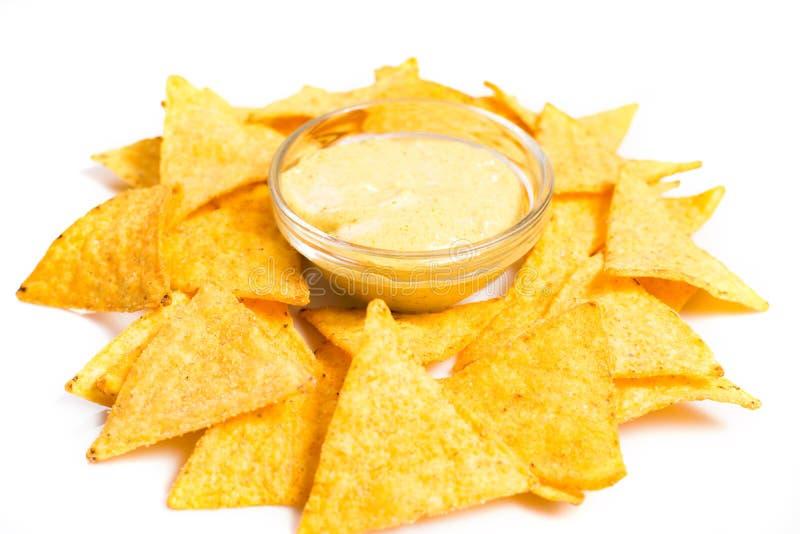 Download Nachos com molho de queijo foto de stock. Imagem de cuisine - 65578806