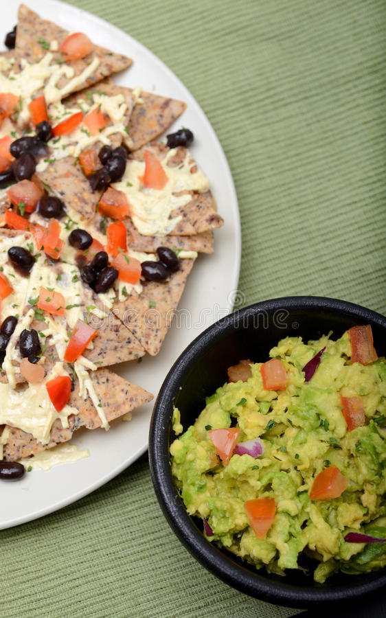 Nachos de guacamole et de vegan image stock