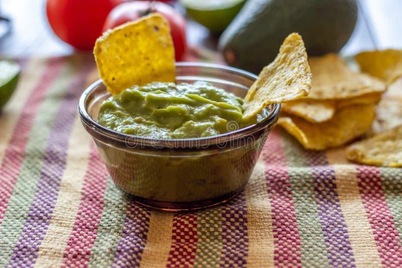 Nachos de guacamole et de pommes chips dans la serviette colorée Cuisine mexicaine photos stock